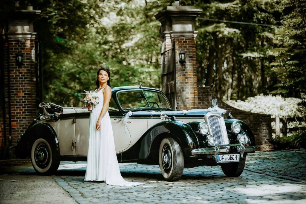 Braut vor Oldtimer